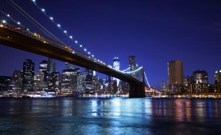 Puente de Brooklyn y horizonte de la noche Foto de archivo - 15308022
