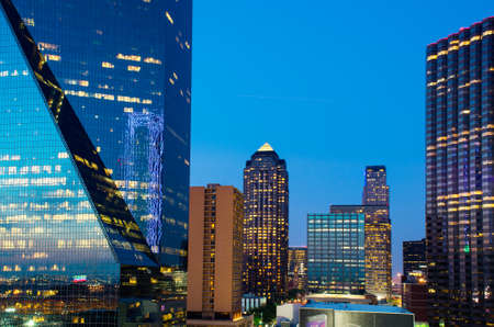 ダウンタウン オフィスの照明と夕暮れ時に、テキサス州のダラスたて点灯