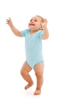 ni�os caminando: Feliz de buscar y caminar con los brazos levantados de beb�  Foto de archivo