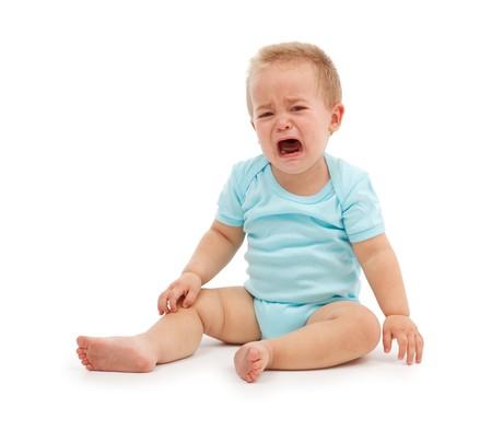 enfant qui pleure: Triste b�b� gar�on assis et pleurer