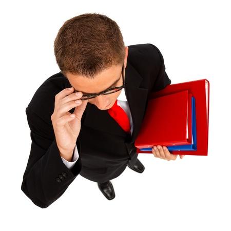 reyes magos: Vista de un hombre de negocios joven, estudiante o profesor con carpetas que superior en la mano, usando anteojos