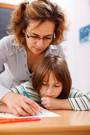 ni�os ayudando: Profesor mano del estudiante, para ayudar y mostrar la escritura