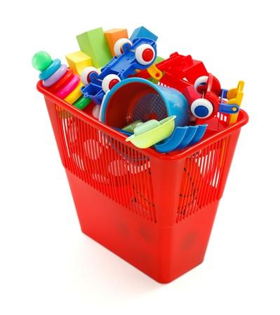 garbage bin: Lotes de juguetes de pl�stico modernos y coloridos tirados en reciclaje de basura