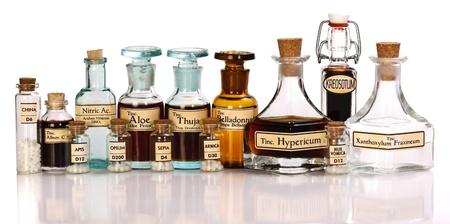 medycyna: Różne wyciągi nalewki roślinne leku homeopatycznego