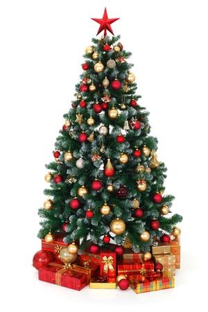 spar: Kunstmatige groene kerstboom, versierd met elektrische verlichting, rode en gouden ornamenten, veel cadeautjes onder de boom