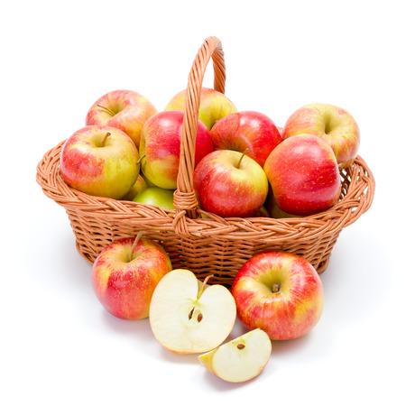 canastas con frutas: Cesta llena de frescos maduros de la cosecha de manzanas rojas Foto de archivo