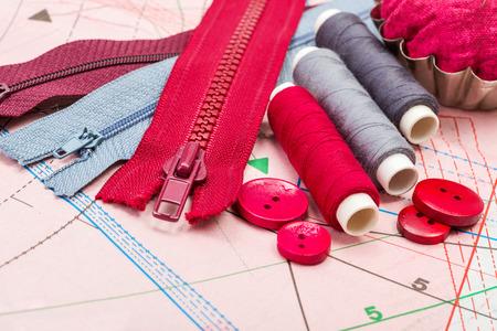 kit de costura: Accesorios rojos y grises de costura en el corte patr�n