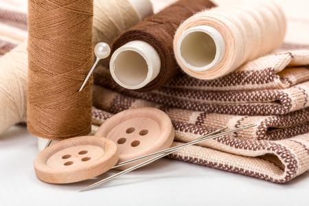 kit de costura: Kit de costura Brown: botones, agujas, hilos y materiales Foto de archivo