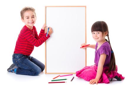 niños con pancarta: Pretty little girl and boy drawing on blank board