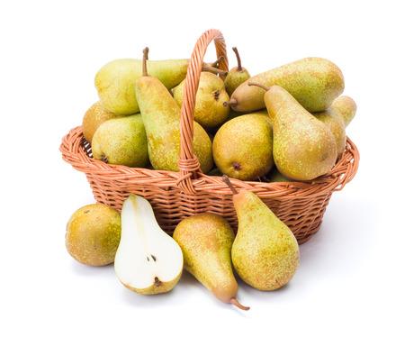 pera: Peras maduras en cesta de mimbre. Pyrus communis
