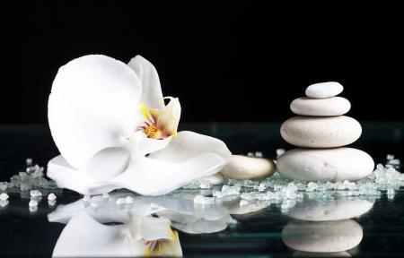 Spa Steine ??mit Orchidee auf schwarzem Hintergrund Lizenzfreie Bilder