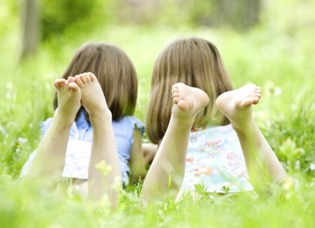 Mädchen spielen im Sommer Park
