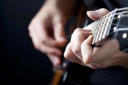 guitarra: Hombre tocando la guitarra el�ctrica Foto de archivo