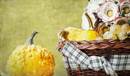 Concepto del otoño - Calabaza y uvas en la vendimia del otoño