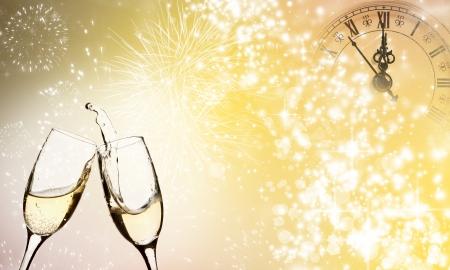 Gläser mit Champagner gegen Feuerwerk zu Mitternacht schließen Lizenzfreie Bilder
