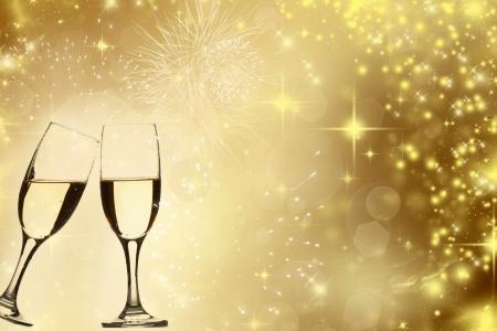 Gläser Champagner gegen goldenen Urlaub Lichter