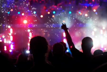 휴일 조명, 불꽃 놀이 군중은 새 해를 기다리고 스톡 콘텐츠
