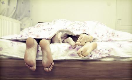 Baum Beinpaare - die glückliche Familie im Bett Vater, Mutter und Baby Standard-Bild