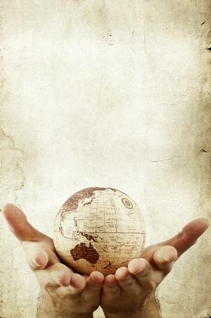 paz mundial: El planeta tierra en manos humanas Foto de archivo