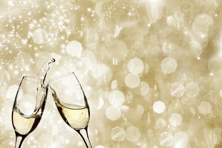 nouvel an: Champangne ??verres sur fond mousseux