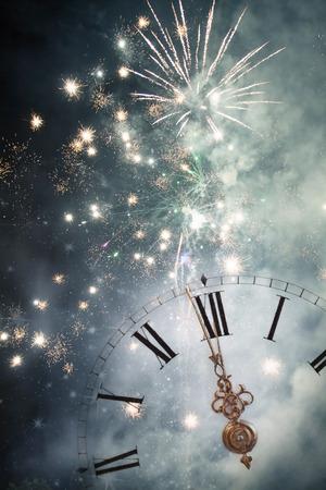 자정 오래 된 시계 및 휴일 조명에서 새로운 년