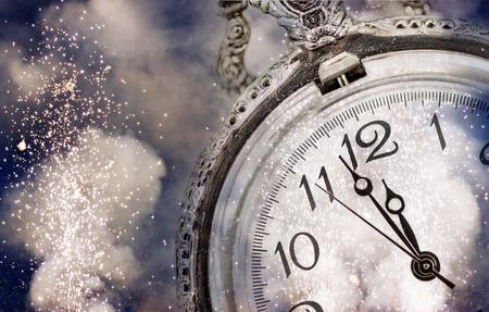 midnigh 오래 된 시계 및 휴일 조명에 새로운 년