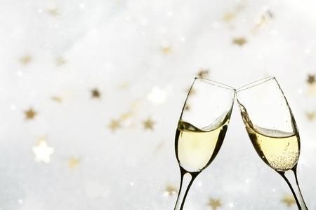 verres de champagne sur fond mousseux de vacances