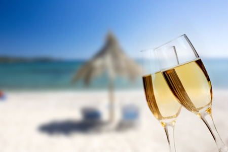 New Year at the beach - Glasses of champagne on the beach against the sky and blue sea Banque d'images