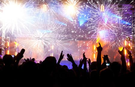 불꽃 놀이와 새해를 축하하는 군중