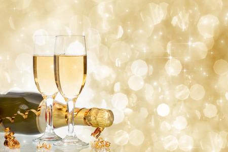 anteojos: Vidrios con champán y botella sobre los fuegos artificiales y de fondo de vacaciones con gas
