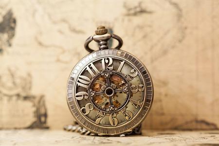 orologi antichi: Orologio d'epoca sulla mappa antica. Retro ancora vita