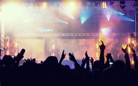 Jubeln Menschenmenge vor dem hellen bunten Bühnenlicht - Retro-Stil Foto