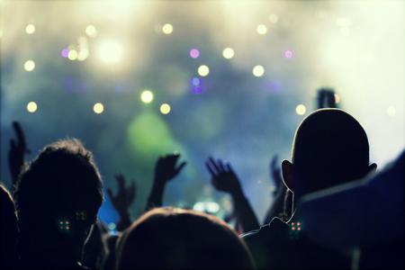 multitud: Muchedumbre que anima delante de brillante colorido luces de la etapa - foto de estilo retro
