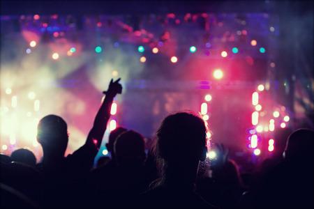 vzrušený: Jásající dav před jasných barevných reflektorů - retro stylu fotografie Reklamní fotografie