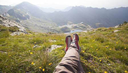 legs: Piernas de viajero sentado en un pico. Concepto de la libertad