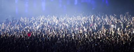 Cluj-Napoca, Romania - 3 agosto 2015: Folla divertirsi durante un concerto dal vivo a Untold Festival nella città Capitale Europea dei Giovani di Cluj Napoca