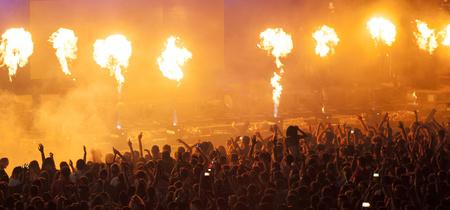 concierto de rock: Muchedumbre que anima en un concierto