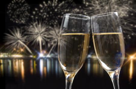 anniversaire: Verres de champagne contre des feux d'artifice et les lumières de la ville