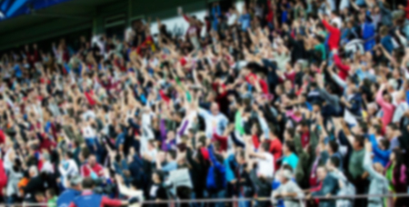 menschenmenge: Masse der Leute an einem Fu�ballspiel - unscharfes Bild