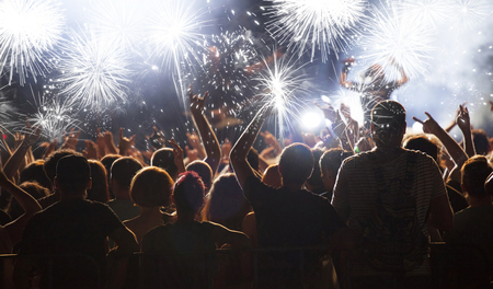 祝賀会: 新年のコンセプト - 群衆の中、新年の花火を応援