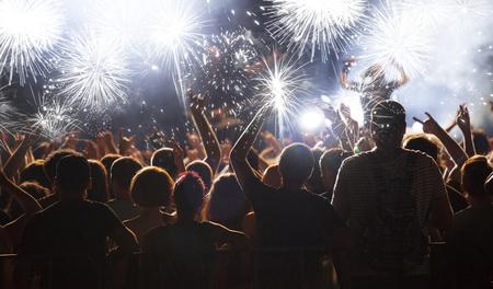 慶典: 新年的概念 - 在新年歡呼的人群和煙花爆竹 版權商用圖片