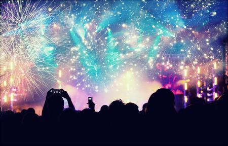 nowy rok: Doping tłumu i fajerwerki na sylwestra - ludzie celbrating na wolnym powietrzu Zdjęcie Seryjne