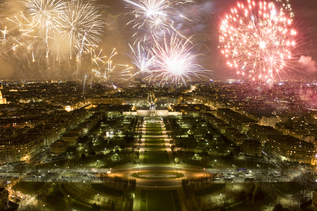 Feuerwerk über der Stadt - Neujahr in Paris, Frankreich
