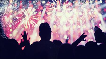 multitud de gente: Multitud viendo los fuegos artificiales y la celebración de Año Nuevo Foto de archivo