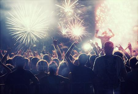 celebra: Multitud viendo los fuegos artificiales y la celebraci�n de A�o Nuevo Foto de archivo