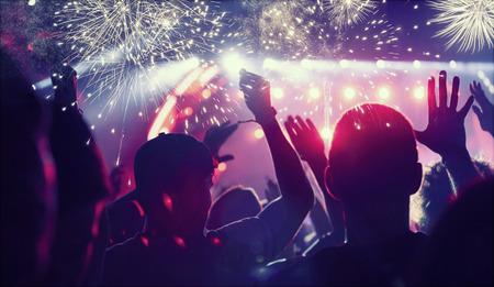 군중 불꽃 놀이보고 새해 축하 스톡 콘텐츠