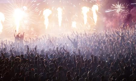 fumar: Animando a multitud de conciertos en frente del escenario con pirotecnia