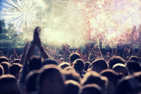 새해 전야에 군중 및 불꽃 놀이 응원 스톡 콘텐츠