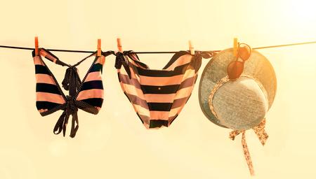 Maillot de bain séchage sur le concept d'été de corde à linge Banque d'images