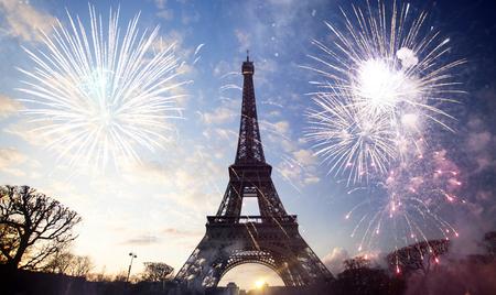 Résumé historique de la tour Eiffel avec des feux d'artifice, Paris, France - Nouvel An Banque d'images - 67138848